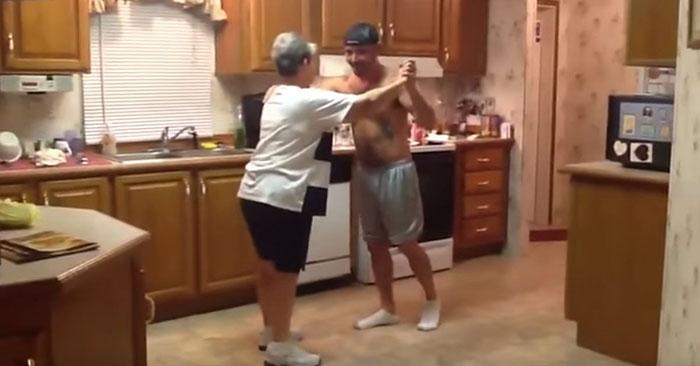 Մայրիկն ու որդին պարում են խոհանոցում: Հաճելի և զվարճալի տեսաֆիլմ